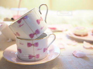 近くのテーブルに座ってコーヒー カップの写真・画像素材[1008435]