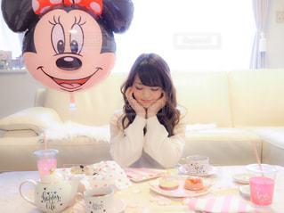 ケーキでテーブルに座っている女性の写真・画像素材[1019823]