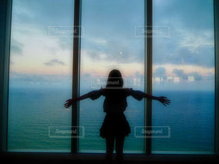 窓から飛んで人の写真・画像素材[1019826]