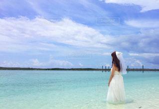 水の大きな体の前に立っている人の写真・画像素材[1019843]