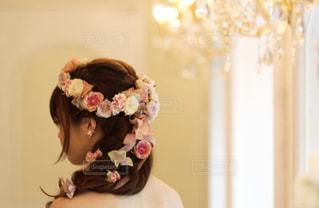 カメラにポーズ鏡の前に立っている女性 - No.1030352