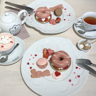 テーブルな皿の上に食べ物のプレートをトッピングの写真・画像素材[1037163]