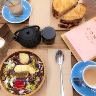 テーブルの上に食べ物のプレートの写真・画像素材[1037167]