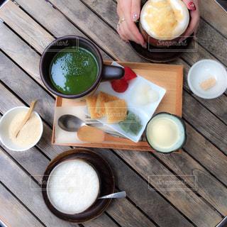 木製のベンチに座って食品の束の写真・画像素材[1037169]