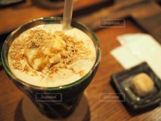 木製テーブルの上のコーヒー カップの写真・画像素材[1037171]