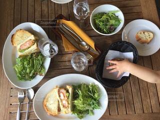 テーブルの上の皿の上に食べ物のボウルの写真・画像素材[1037191]