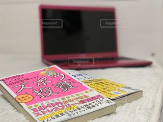 テーブルの上の本 - No.1078727