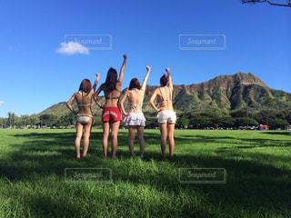 草の覆われてフィールド上に立って人々 のグループ - No.1102569