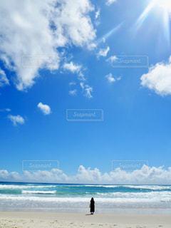 砂浜の上に立つ人々 のグループの写真・画像素材[1102578]