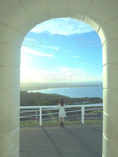 橋の上に立っている人の写真・画像素材[1103549]