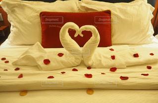 赤い毛布付きベッドの写真・画像素材[1112476]