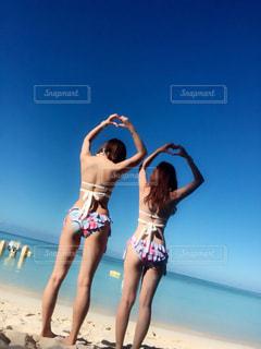 ビーチに立っている女性の写真・画像素材[1113929]