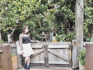 木の隣に立っている人の写真・画像素材[1115187]