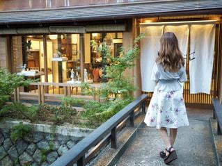 建物の前に立っている女の子の写真・画像素材[1115207]