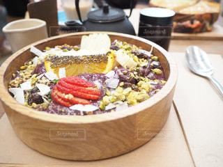 テーブルの上に食べ物のボウルの写真・画像素材[1146460]