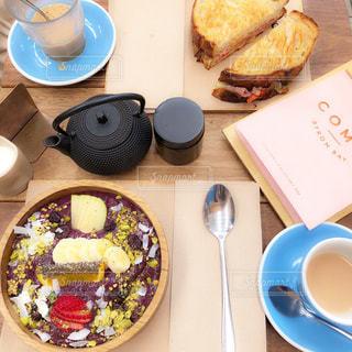 テーブルの上に食べ物のプレートの写真・画像素材[1146463]