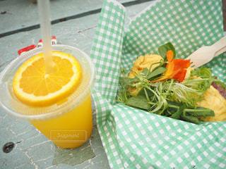 食品とオレンジ ジュースのガラスのプレートの写真・画像素材[1146465]