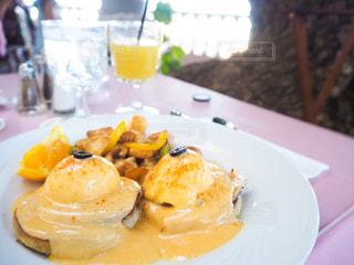テーブルの上に食べ物のプレートの写真・画像素材[1146467]
