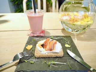 テーブルの上のケーキとまな板の上のパンの部分の写真・画像素材[1146475]