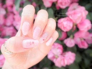 近くに花を持っている手のアップの写真・画像素材[1167717]