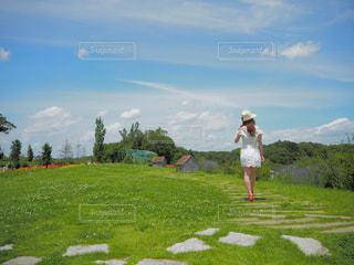 草の覆われてフィールド上に立っている人の写真・画像素材[1219776]
