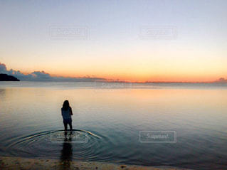 水の体に沈む夕日の写真・画像素材[1223845]