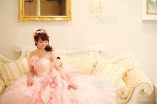 ベッドの上で座っている女の子の写真・画像素材[1235164]