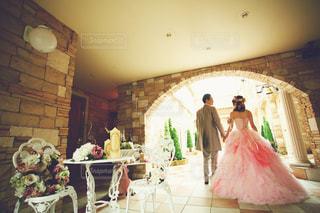 家具やテーブルの上の花瓶で満たされた部屋の写真・画像素材[1237014]