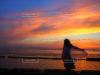 女性,海,空,夕日,夕焼け,ポートレート