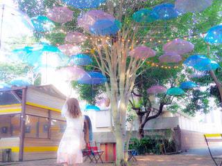 カラフルな傘の前に立っている女の子の写真・画像素材[1278174]