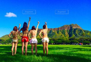 カメラにポーズ芝生エリアで立っている女性の写真・画像素材[1318659]