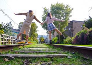 スケート ボードに乗っている間は空気を通って飛んで男の写真・画像素材[1318898]
