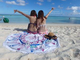 砂浜で座っている女性の写真・画像素材[1318907]