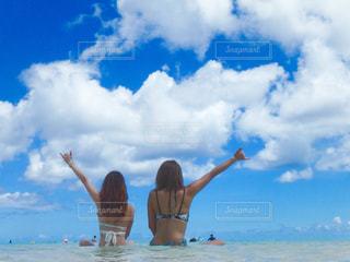 砂浜の上に立つ人々 のグループの写真・画像素材[1321142]