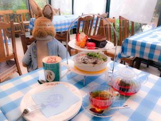 食品のプレートをテーブルに着席した人の写真・画像素材[1322866]