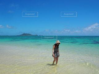 ビーチに立っている人の写真・画像素材[1324837]
