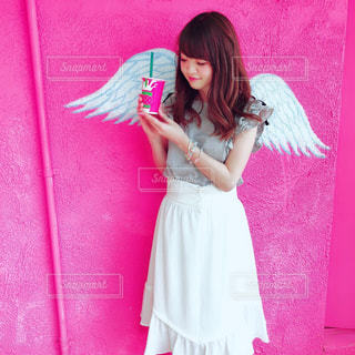 ピンクのドレスを着ている少女を保持している女性の写真・画像素材[1336388]