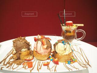 テーブルの上に座っているケーキの写真・画像素材[1361834]