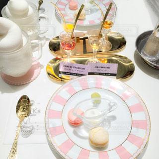 テーブルな皿の上に食べ物のプレートをトッピングの写真・画像素材[1361866]