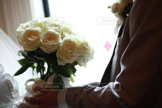 花を持っている人の写真・画像素材[1368917]