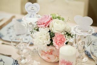 テーブルの上の白い花の写真・画像素材[1371164]