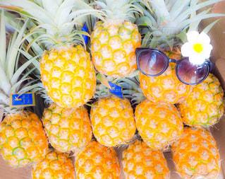 近くにパイナップルのアップの写真・画像素材[1371588]