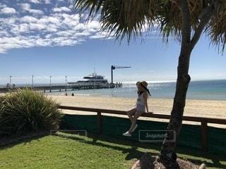 ビーチでヤシの木の横に立っている人の写真・画像素材[1389471]