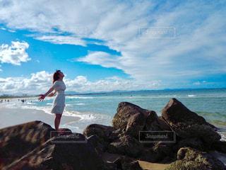 岩のビーチに立っている人の写真・画像素材[1389476]