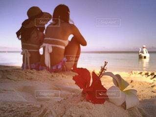 浜辺で、ケーキでテーブルに座って人の写真・画像素材[1389495]