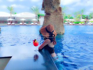 水の体の横に立っている女性の写真・画像素材[1415710]