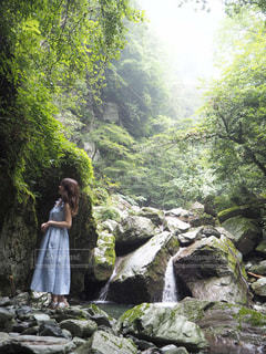 滝の隣に立っている人のグループの写真・画像素材[1429116]