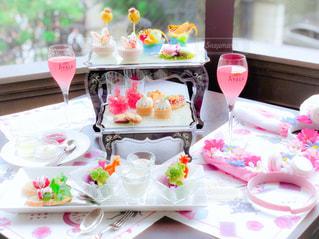 テーブルの上に座っているケーキの写真・画像素材[1434833]