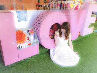 冷蔵庫の前に立っている女の子の写真・画像素材[1434834]
