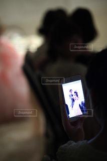 携帯電話を持つ手の写真・画像素材[1441573]
